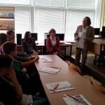 Tautodailininkas V. Jazerskas Kauno Maryno Mažvydo vidurinėje mokykloje