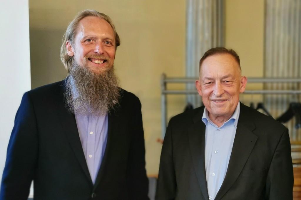 LMKA prezidentas Jonas Staselis (kairėje) ir buvęs LMKA prezidentas Kornelijus Platelis